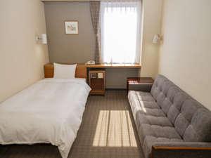 デラックスシングルルームもバス、冷蔵庫、シャワートイレ完備。お部屋も広々としています。