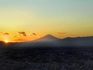 富士に沈む夕日。(写真はイメージです。実際の眺望と異なる場合がございます。)