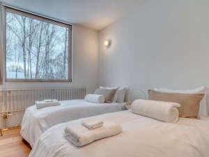 欧米仕様の広々としたベッドルーム