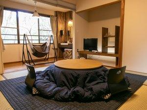 ハンモック付きのお部屋。冬季はおこたつでぬくぬく♪のんびりお過ごしください。