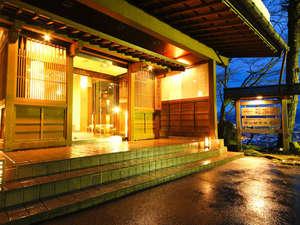 【外観】 静けさあふれる夜の玄関 ぬくもりのある光でライトアップ☆