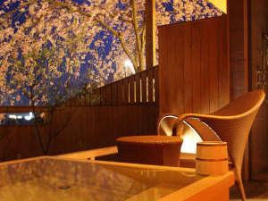【富士見台/露天風呂付和洋室】お部屋の露天風呂と庭園の枝垂れ桜