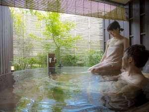 【人気の貸切露天】ふたりでもゆったりと広い貸切露天風呂。湯上りラウンジで極上の湯浴みのひと時を