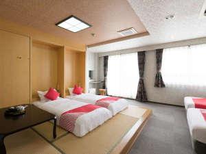 お部屋はとても開放的で窓から伊良湖の美しい景色を眺めながらお寛ぎいただけます。