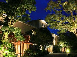 ミシェラングリーンガイド2つ星の遊歩道「竹林の小径」のほとりに佇む静かな温泉宿