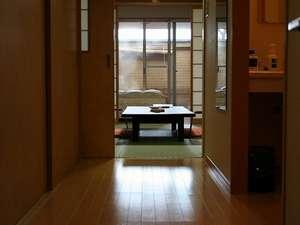 玄関を入ると和室6畳→洋室→露天風呂と続きます