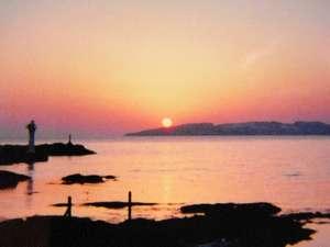 宿近くのおススメの場所からはなんとも美しい夕陽が眺められます。天気・季節によって眺望は変わります