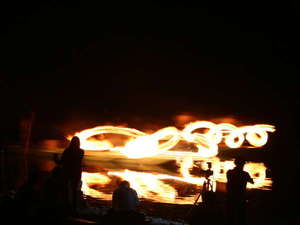 四万十川の伝統的な鮎漁「火振り漁」松明の炎が水面に映り幻想的。