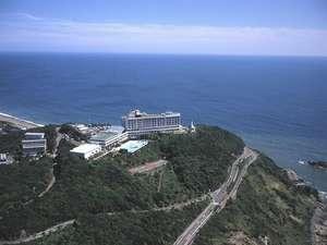 ほぼ360度を碧い海に囲まれた小高い丘の上に建つ伊良湖ビューホテル