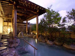 【露天風呂】源泉掛け流しの天然露天風呂。男性の湯からは雲仙地獄も望める。