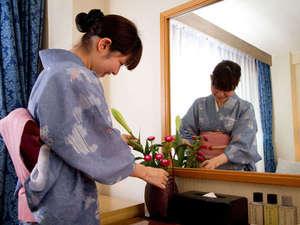 【おもてなし】一部屋毎に担当の係が生花を入れお客様のお越しをお待ちしております。