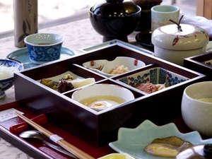 【朝食】1日の元気は朝食から!和定食を雲仙温泉街で一番高い松風苑で