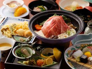 秘伝の出汁を使い、季節の旬の食材を使った会席料理。