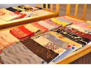 女性の方には50種類ほどある色浴衣からお好きな浴衣をお選びいただけます♪