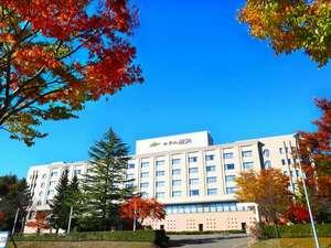 外観【紅葉の季節】紅葉に包まれるホテル鹿角
