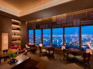 ホテル最上階、東京湾と浜離宮恩賜庭園を望む都内屈指の眺望を有するエグゼクティブラウンジ