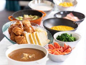 朝食一例★ホタテカレーもおすすめ♪(ビュッフェまたは、ご宿泊状況によってはお膳をご用意いたします)
