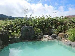 *混浴露天風呂/澄み渡る青空に映えるお湯の色が絶妙なコントラストを生み出します。