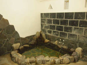 *当館主人が「武者風呂」と呼んでいる岩風呂が男女1種ずつ。宿泊者様が少ないときはご家族風呂もOK。