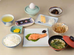 *【朝食例】焼き魚・卵焼き・ひじき・きんぴら・デザートなど日替わりの和朝食。食堂にてご用意致します。
