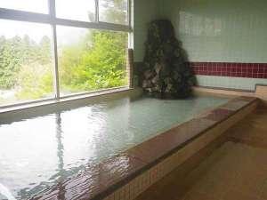 *男性大浴場/つきよの温泉。窓からは田園風景をのぞめます。