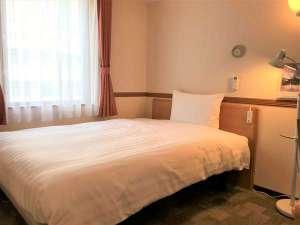ベッド幅140cm(セミダブルサイズ)、広さ12.0㎡(約7畳)