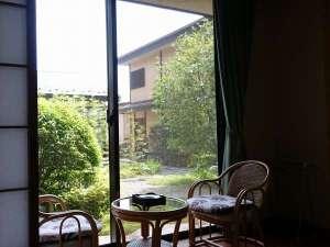 【二間特別室】手入れされた中庭を眺めながらおくつろぎ下さい♪