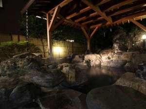 【露天風呂】巨岩を配した露天風呂、華厳の湯。新緑や紅葉、雪景色など四季折々の景色が楽しめます