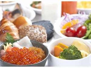 【北海道朝食バイキング】全50品以上!盛り放題のいくらで作る海鮮丼や目の前で調理するオムレツが人気♪