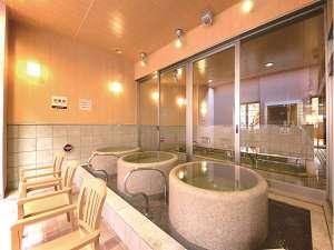 【みなぴりかの湯】露天風呂「壺湯」。開放的な空間で、湯船のお湯を独り占め。