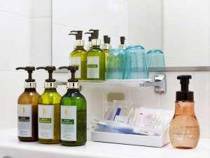 客室にはシャンプー類だけでなく基礎化粧品も設置。DHCのオリーブゴールドシリーズを贅沢に採用。