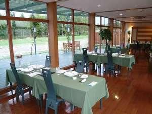 時には北キツネも姿を現す緑に囲まれたレストラン