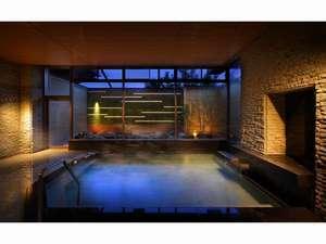 大浴場(湯口からは源泉のみが出ておりますが、浴槽内温度を一定に保つための循環をおこなっております)