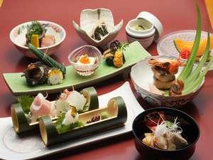 【夕食】厳選した山海の幸を使用した和食会席。メニューは月替りなので、旬の味を堪能できる。