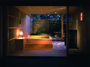 「露天風呂付スイートルーム」居間と一体化しているかのような造りの露天風呂で格別の癒し。
