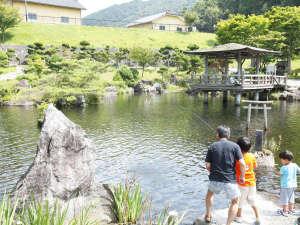 *【施設/遠野池】ニジマスやヤマメなどの釣りを楽しむことができます。