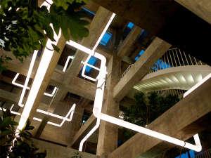 """コンクリートの骨組みの上縦横無尽に走る""""ライティングパイプ""""。幻想的な光が館内を彩ります"""