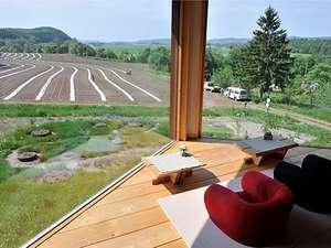 2階サロンから望む畑作業。素晴しい夕焼けに思わず溜息!