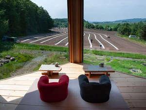 2Fサロン室より外の景色を見る(この時はパンプキン畑の耕作中)
