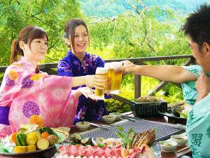 テラスでお愉しみいただく【BBQ】は、手ぶらでラクラク♪球磨川沿いの豊かな自然とともにお楽しみください