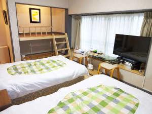 ・202号室(押入れを改造した2段ベッド)