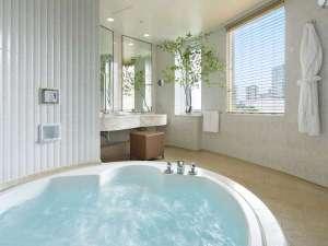 広々と開放的なサウスサイド ジュニアスイートルームのバスルーム