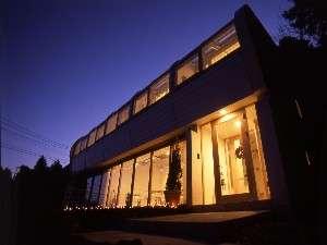 夜の外観。若手建築家の独創的なデザイン。