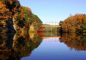 紅葉の名所「亀山湖」までは車で約30分