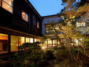 【日本庭園】夜はライトアップされて、昼間とは違う表情が見られます。
