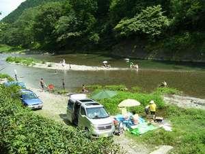 目の前の川ではバーベキューが楽しめます