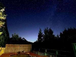 <露天風呂>まるで降ってくるような星が降り注ぐ露天風呂