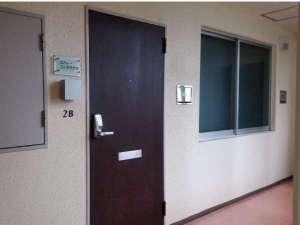 2階にあるお部屋玄関です。メールにてご案内する開錠ナンバーを押してお入りください。