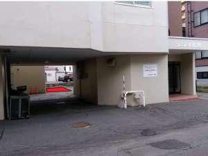 右側が建物1階玄関、左側ピロティー奥の赤色で示しているところが駐車場。必ずバックで入庫してください。