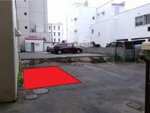 赤色で示しているところが指定の駐車場です。出来るだけ下がって駐車してください。